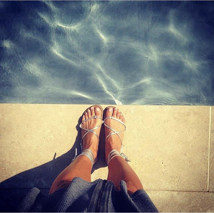 bikini rondini porté sandales argenté près de la piscine